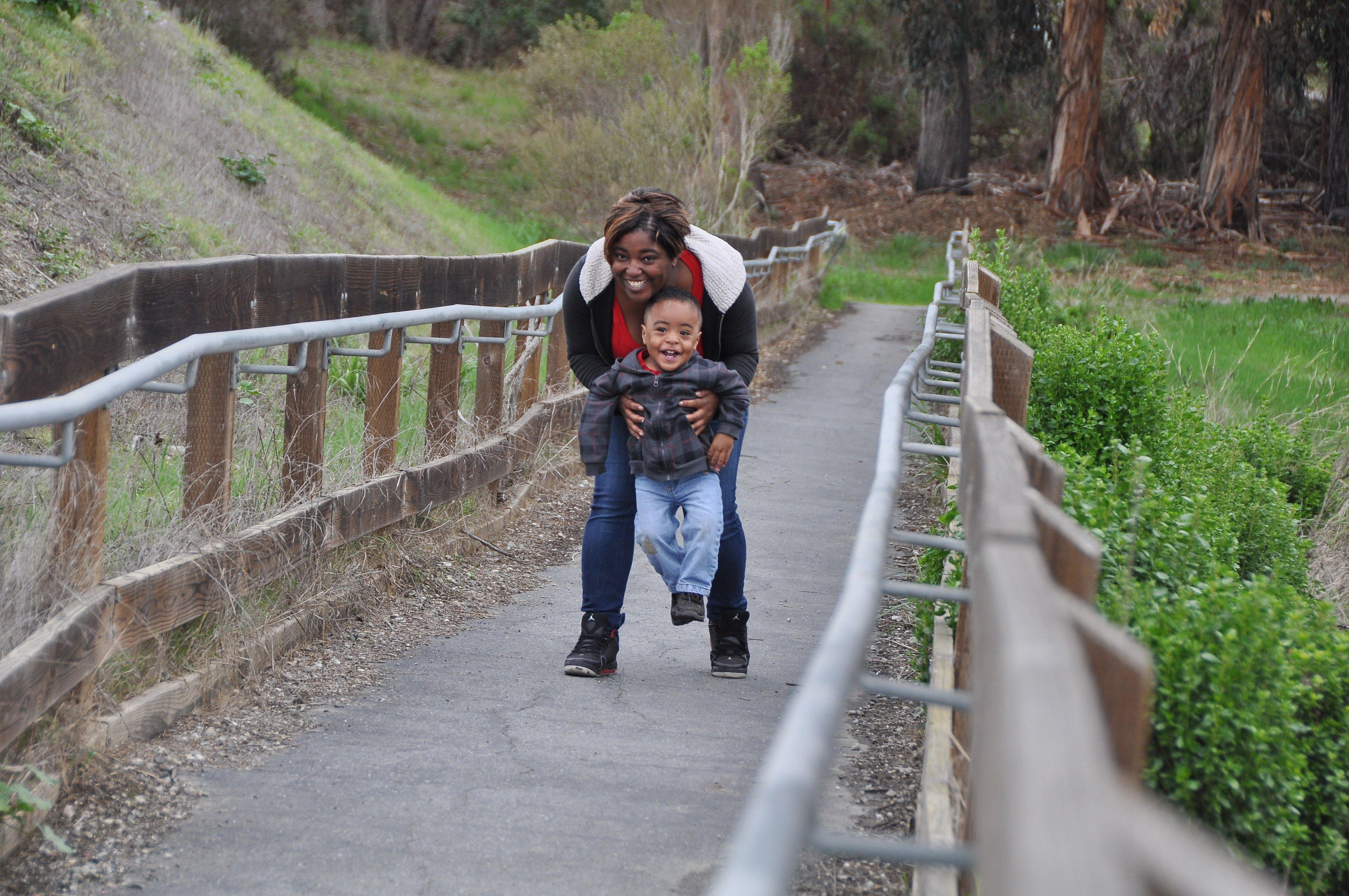 Mother_son_Ulistac_bridge_Liv_Ames - photoshopped